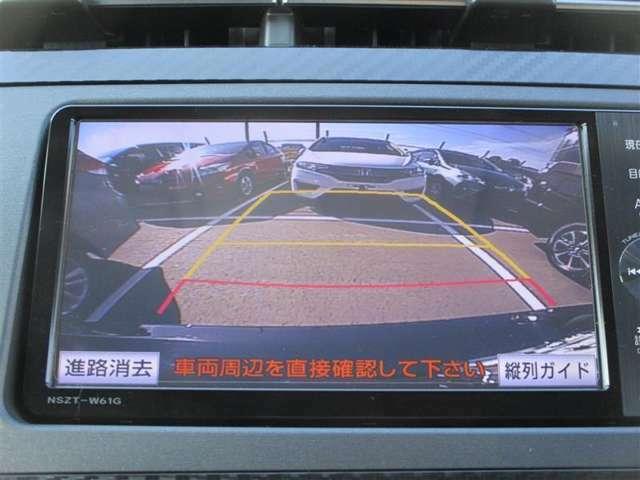 【バックカメラ】目視やミラーでは確認できないアングルを映し出して後方の安全が確認できて安心です。