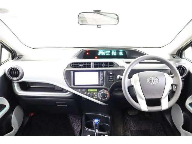 フードが低いセンターメーターで運転席からの視界は良く、助手席からもメータの情報を見ることが出来ます。操作ボタンやダイヤルが届きやすい位置に配置されていて利便性も良い使いやすい運転席廻りです。