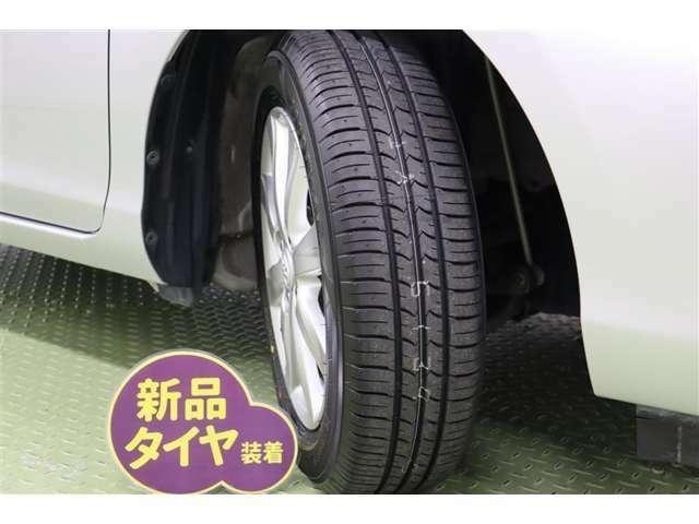 タイヤサイズ 175/65R15【タイヤ4本新品に交換してあります】すっきりとしたシンプルデザインの純正アルミホイールを装着しています。