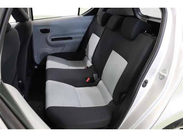 後部座席も広く、奥行きのある座席は身長が高い方でも快適に過ごせます。6:4分割シートですので使う分だけ倒せます!