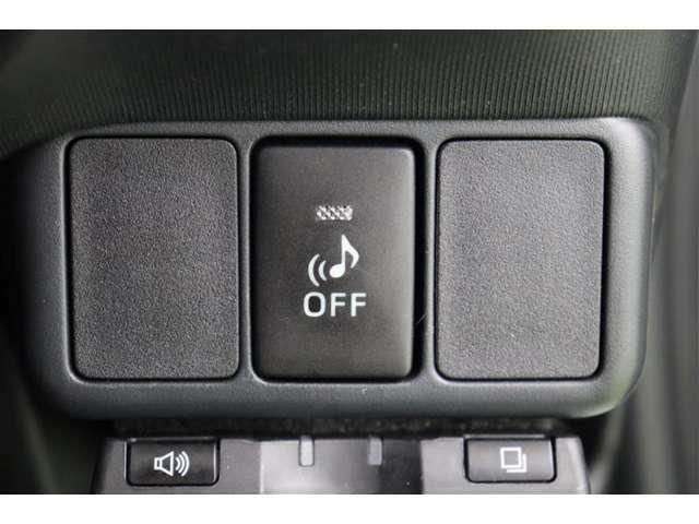 音符マークのボタンは、車の接近を音で知らせる車両接近通報装置の切り替えボタンです。早朝に出かける時や深夜の帰宅など、静かに走りたい時などはオフできます。(通常は安全のためにオフしないで下さいね)