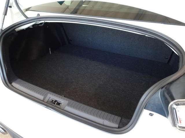スポーツカーとしては、実用的な容量のトランクルームです。セカンドシートを倒せばトランクスペースが広がります