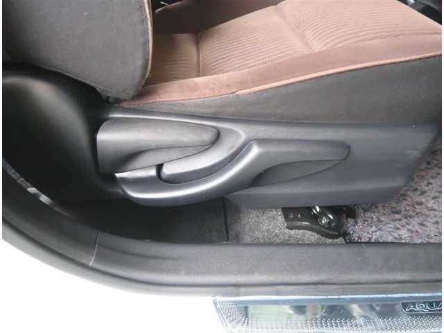 【機能】運転席シートには上下調節が可能なシートアジャスターが付いています。