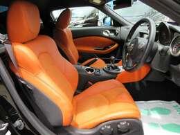 バージョンST専用オレンジハーフレザーシート付き♪ シート中央部はアルカンターラが使用され高級感のある仕上がりです♪