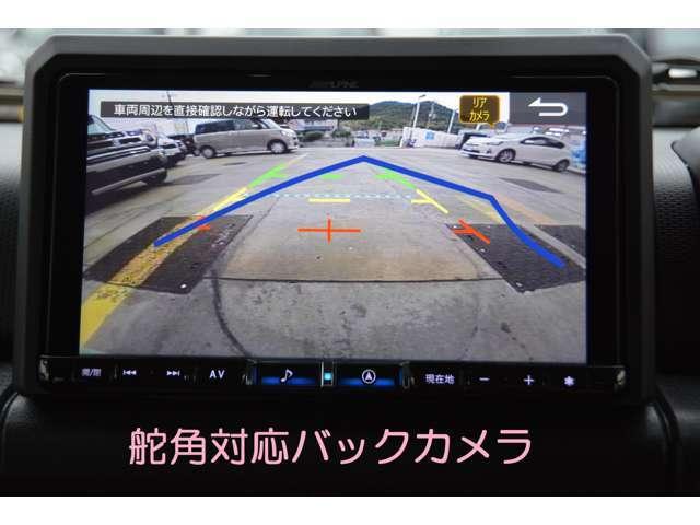 舵角対応バックモニター付きです!バック操作時、切ったハンドルの角度から曲がる方向を予測し、カメラ映像に進路を示すガイド線を表示に連動してガイドラインを表示します^^