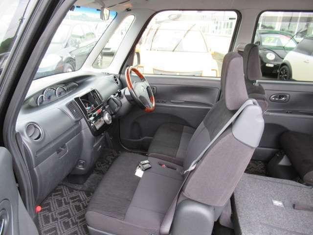 コラムシフトで運転席&助手席の足元広々!足元が広いと車が広く感じますよ♪乗るならこのタイプがオススメです!