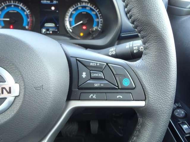"""今話題のプロパイロットです!高速道路での単調な""""渋滞走行""""と長時間の""""巡航走行""""。このふたつのシーンで、ドライバーに代わってアクセル、ブレーキ、ステアリングを自動で制御。長距離運転の疲労を軽減!"""