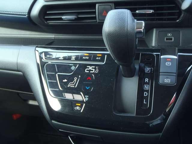 スマートフォンのように軽くタッチするだけで操作できるオートエアコンです。凹凸が少ないので、お掃除もラクラクですよ!!