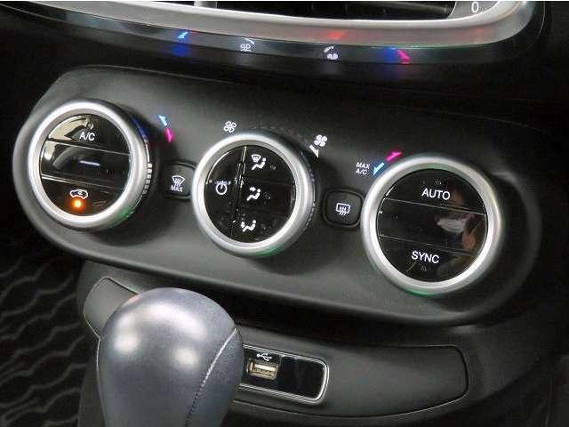 ■前席左右独立温度調整機能付フルオートエアコン/運転席と助手席の温度設定が個別に設定できます!