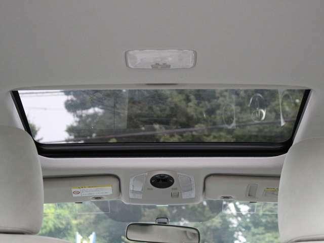 OPののサンルーフを装備☆車内の換気にとても便利で採光性にも優れていますしなにより開放感と高級感がありますね☆後付けできない装備ですのでぜひ装着車をお勧めいたします☆