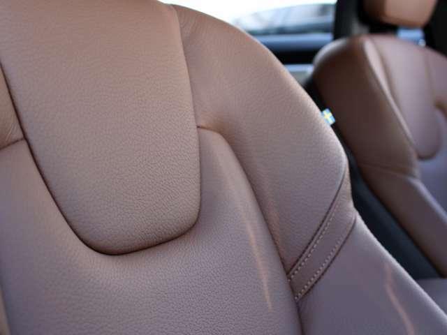 マルーンブラウンレザーは使用感が少なく綺麗な状態です。前席にはシートヒーター&電動調節機能が備わります。
