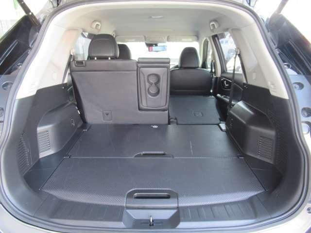 ■ラゲッジルーム■4名乗車でもベビーカーやゴルフバックを1台積載することが可能。荷物がたくさん入り便利です。