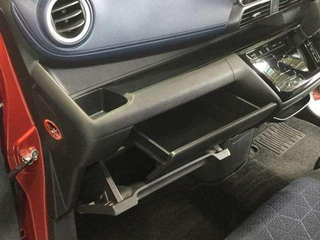 助手席前方には便利なグローブボックス&トレー付
