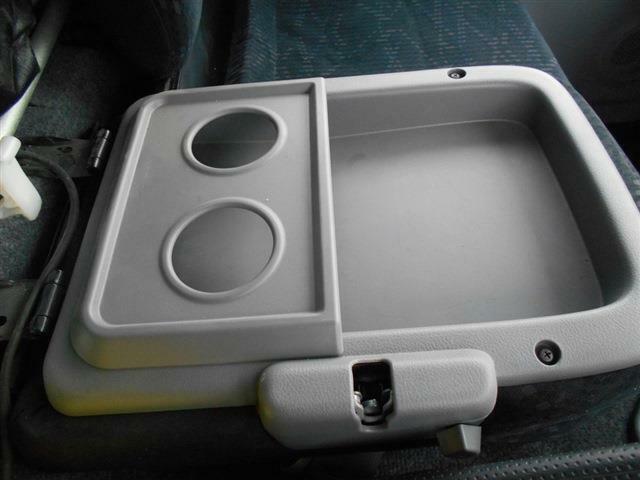 ■センターシートを倒せば小物も置けるので便利ですね■