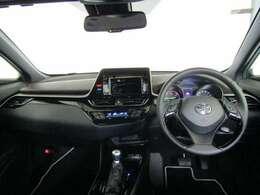操作パネルをドライバーに向けて配置するなど運転に集中できるドライバーズ空間を実現しています。