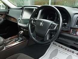 日本の高級車の代名詞として進化を続けてきた正統派セダン・上位グレード『クラウン ロイヤルサルーン i-FOUR 4WD』!!明度を抑えた深みのあるダークブラウンが上質な空間を演出する人気の『チェスナット内装』♪