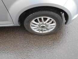社外13インチアルミです。タイヤの溝は良好です。スタッドレスタイヤも純正ホイールセットであります。