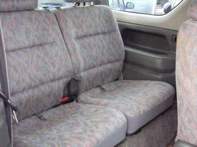 後部座席は両サイドに広いドリンク置き場があります。