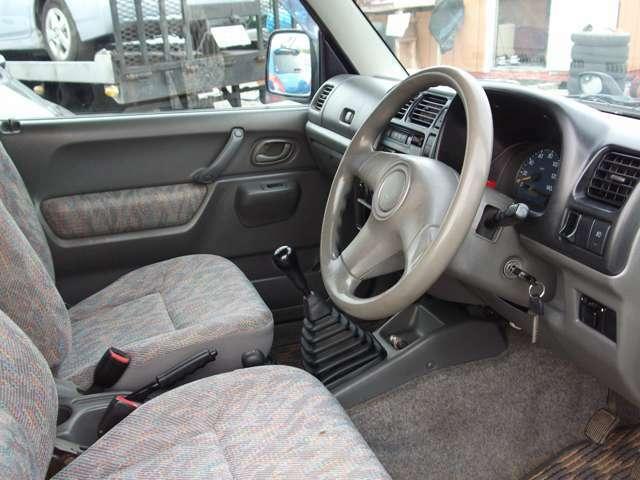 運転席のシートに多少の使用感がございます。