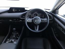 コックピットにある操作機器、情報などすべての要素をドライバー中心に左右対称に配置し、同時にそれらがドライバーに正対する造形とすることで、人とクルマの一体感を感じさせます。