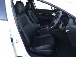座れば自然と骨盤が立ち、背骨がS字カーブを描くシート構想は、助手席や後部席にも適用しています。ただし後席は前席と異なり運転をしないので、安楽姿勢の考え方も取り入れています。