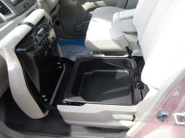 助手席シート下には収納スペースが確保されてます