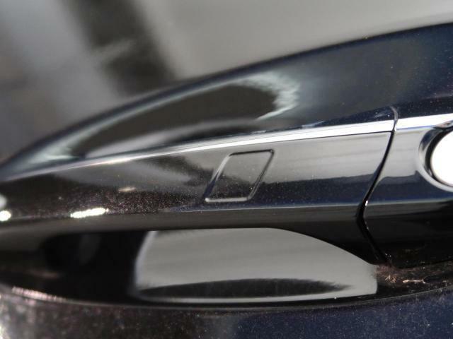 ●スマートキー:鍵を持っているだけで、ドアロック解除からエンジンスタートが可能です。デザインもスタイリッシュで身に着けているだけでもかっこいいですね。
