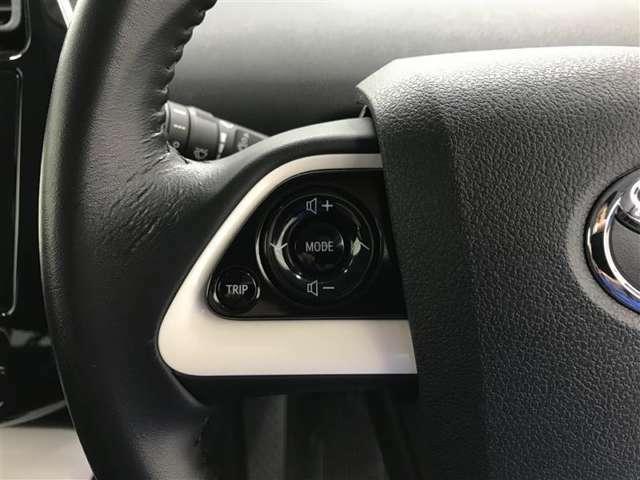 【ステアリングスイッチ】ナビを直接触らなくても、手元でオーディオの音量調整やソース切り替えができる安全機能です!運転中でも簡単に操作できるのでとても便利です♪