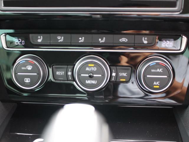 オートエアコンです。寒すぎず暑すぎず快適な車内の温度を快適に保ちます。