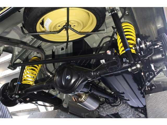 新車入庫時に新品アップサスを取り付けしております。ポジティブキャンバー(逆ハ字)を防ぐ為、フロント2脚には偏心ボルトを使用し調整しております。又、乗り心地を良く改善する対策もしております。