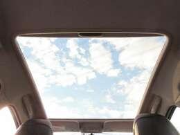 プジョーの代名詞ともいえる大型ガラスルーフ♪車内が明るくなり視界が広がり開放感があります♪夜空を見ながらドライブなんてのもオシャレですね♪