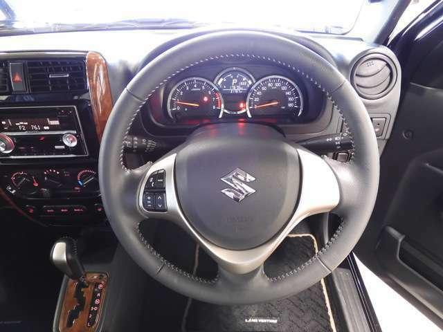 体格にあわせてシートやステアリングの位置をきめ細かく調節できます。運転席シートリフターとチルトステアリングを装備。いつでも最適なドライビングポジションで、運転しやすく疲れにくいドライブをサポート♪