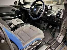 運転席・助手席も小ぶりなi3には想像もつかないような広さを確保しております。