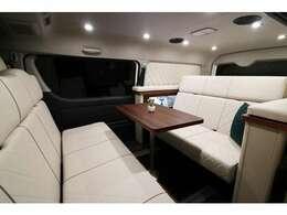 対面シートでゆったり。LED照明で雰囲気バッチリ!リヤスピーカーは天井に装着し音の演出で更に車内を盛り上げます。