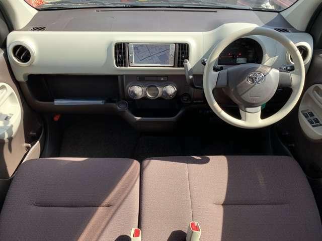 内装も中古車ですので全体的にうす汚れ擦れ使用感があります。ダッシュ板に擦れシール跡や若干の浮き、運転席にへたり、各ドアトリムやハンドルシフトノブに擦れなどありましたが中古の割には綺麗で良好な印象でした