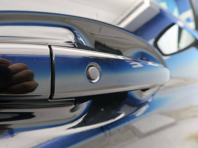 【Hondaスマートキー】カバンやポケットに入れたままでもドアの施錠・解錠が可能なスマートキーを装備。エンジンのオン・オフ時もカギを取り出す必要が無いからとっても便利です♪