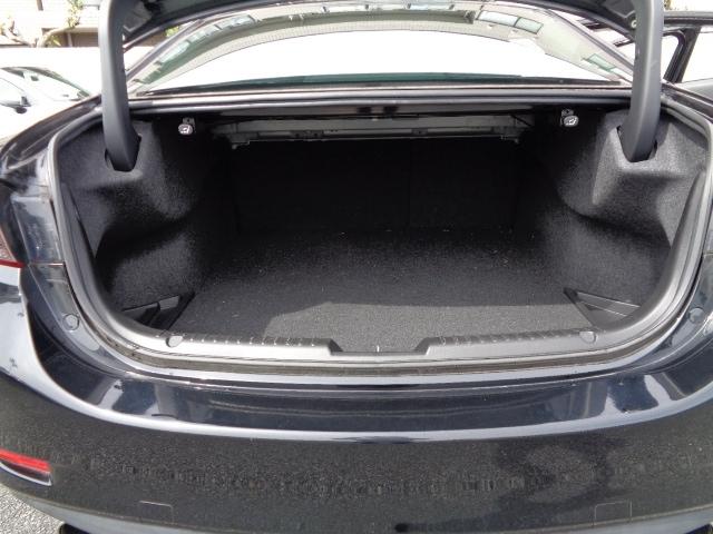 トランクフードを開けると奥行のあるタップリとした収納スペースがございます。