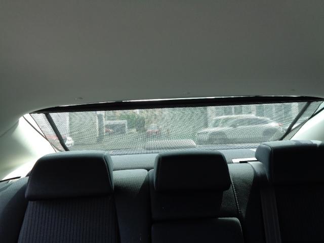 セダンならではの、電動サンシェードを装備。運転席からワンタッチでサンシェードを展開・格納できます。