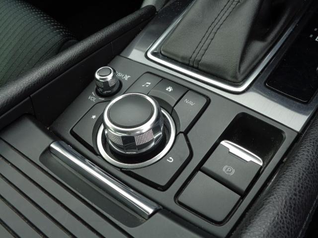 手元を見なくてもノールックで直感的に操作が出来るコマンダーコントロールはドライバーの気持ちに寄り添える様にと、マツダの考え方を具現化したひとつの例です。