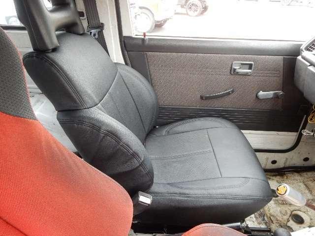 助手席は純正シートにシートカバーを取り付けてあります。