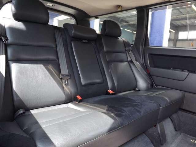 ★ブラックハーフレザーシートで後席も広々しておりゆったりとドライブをお楽しみ頂けます♪