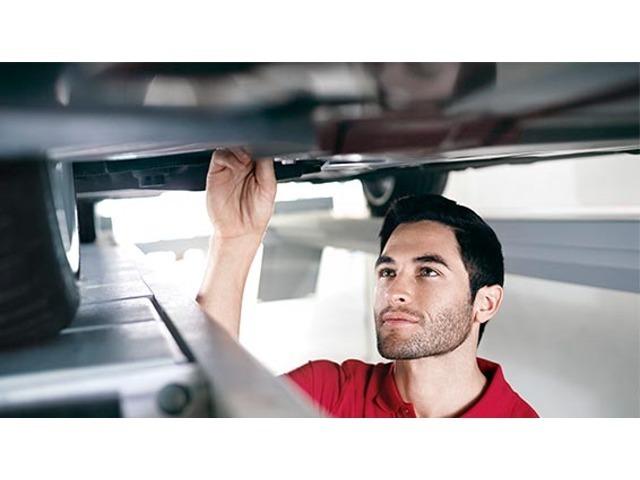 Aプラン画像:認定資格を持つ、Audi専門メカニック。正規ディーラーのメカニックは、全員がさまざまなテクニカルトレーニングを習得。多くのスタッフがドイツ本国のAUDI AGが認定する資格を有しています。