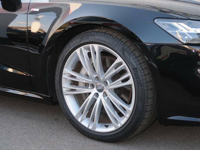 新車登録時から3年以内の車両に付帯している「Audi Freeway」に加え、メンテナンスサービスを有償にてさらに2年間延長する「AAA Freeway Plus.」をご用意しています※初度登録3年未満の車両が対象となります。