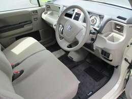 フロントベンチシートなので、運転席、助手席も広々!