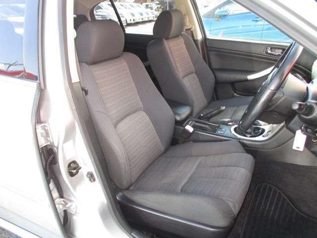 適度なホールド感と快適な座り心地の運転席シートまわり!