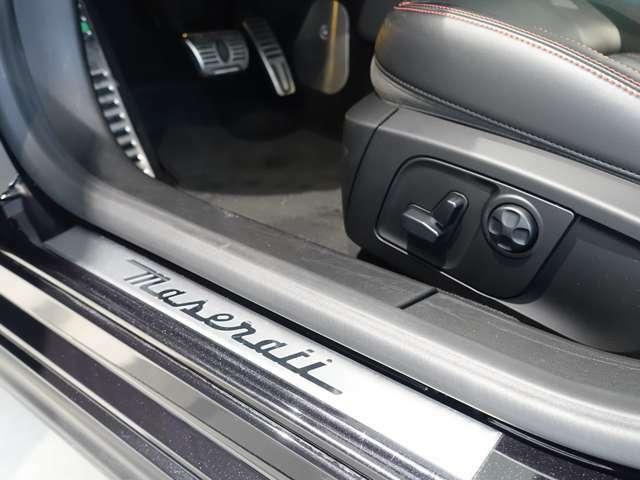 12方向電動調節式フロント・シート+OP:ナチュラル・レザー・シート(+レッド・ステッチ)