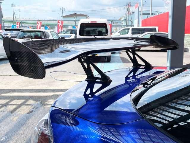当社にてGTウイングを取付致しました。ダウンフォースでリアを押さえつける役割があります。あらゆる場面で車体を安定してくれます。