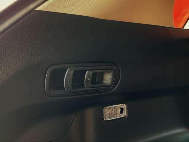 後部座席を倒す操作はトランク側からも操作可能となっています。1アクションで倒す事ができるの便利です。