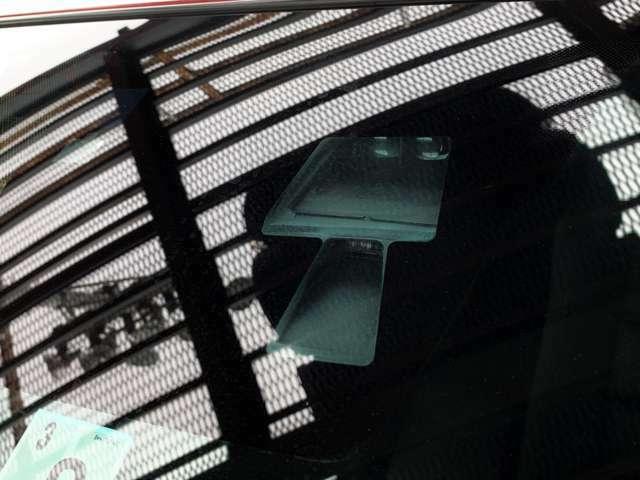 市街地や渋滞走行時における低速での前方衝突回避をサポートする先進安全技術スマート・シティ・ブレーキ・サポートを搭載!また、駐車時のペダル踏み間違いなどによる思わぬ誤発進を防ぐ抑制装置もついています。