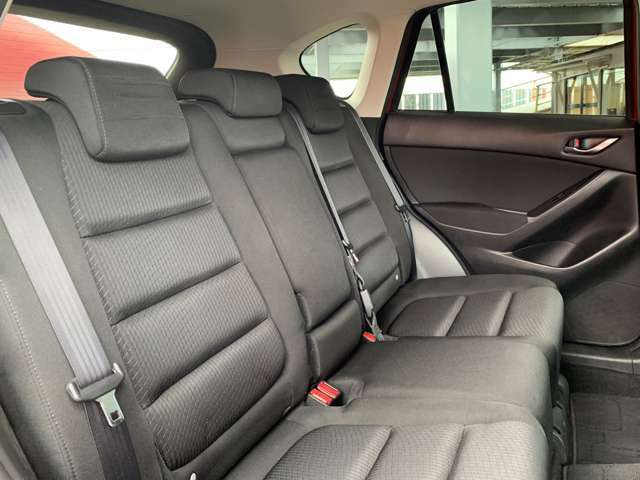 後部座席もゆったりと座れて、くつろげる空間となっています。当社ではクリーニングも行っていますので、安心してお乗りいただけます。